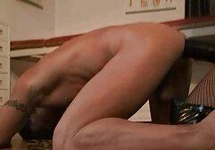 MILF con seno naturale ha cooney e farlo nel culo della porta porno con donne vecchie accanto e alla pecorina