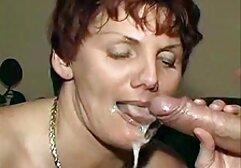 La bruna di aprile spoglia il blu porno con donne vecchie sulla terrazza ed espone la sua vagina al Pene Finto.