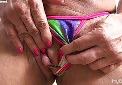 Lesbiche giocando con vecchiette tettone un dildo.