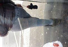 La bellezza solleva la gonna e si video di vecchie porno toglie le mutandine per strada