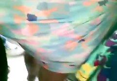 La bellezza del costume da bagno mostra la vecchie baldracche pelose grandezza del culo davanti alla telecamera.