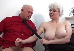 Una donna matura gioca con vecchie donne nude grandi tette e masturbazione in bagno.