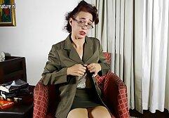 Donne Mature in calze nonne italiane vogliose fanno un pompino per mettere un uomo sul divano.